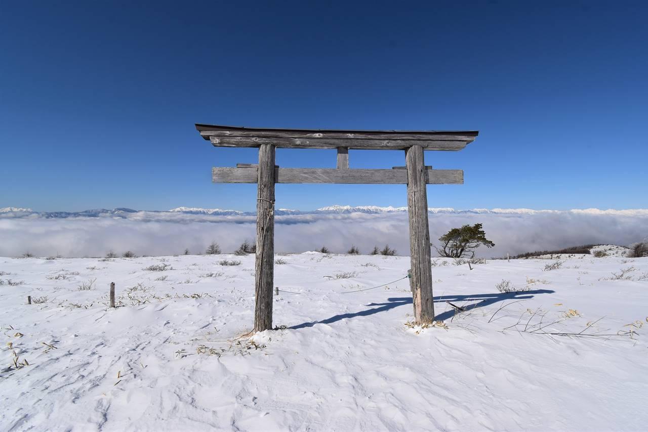 鉢伏山山頂の鳥居と北アルプス