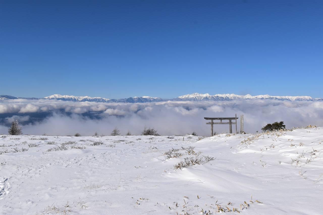 鉢伏山山頂から眺める雲海と北アルプス