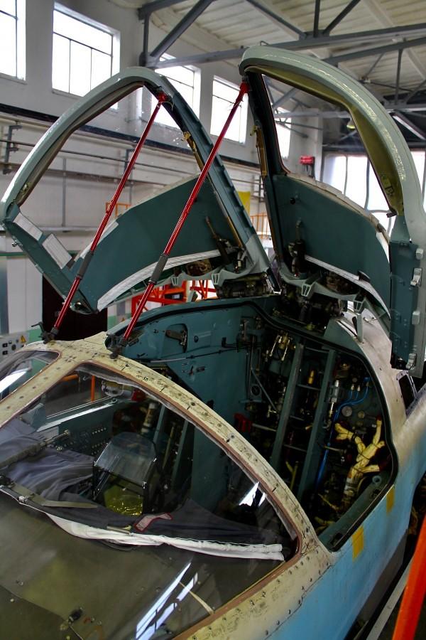 تحديث أول ستة قاذفات AAF Su-24 ، في مصنع 514 ARZ في Rzhev روسيا. 49539064296_3897f6124b_b