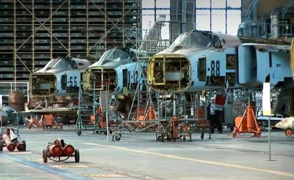 تحديث أول ستة قاذفات AAF Su-24 ، في مصنع 514 ARZ في Rzhev روسيا. 49539065781_936d94d168_b