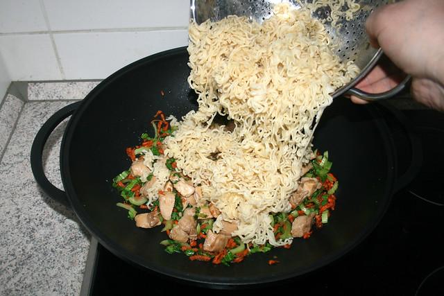 38 - Ramen dazu geben / Add ramen noodles