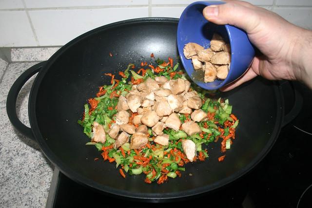 37 - Hähnchenbrustwürfel zurück in Wok geben / Put chicken back in wok