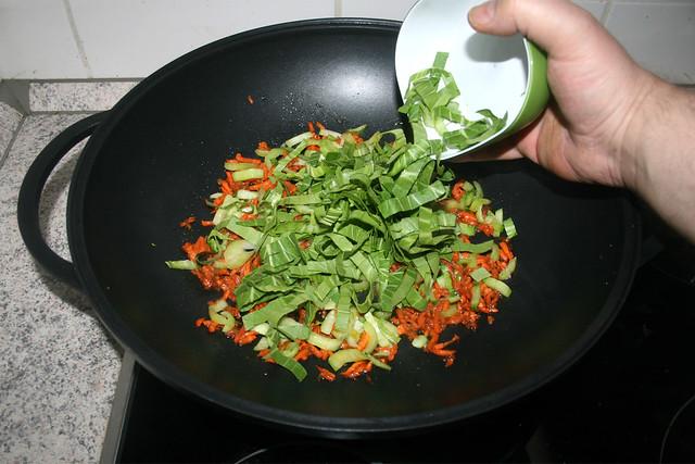 35 - Pak Choi Blätter einstreuen / Add pak choi leafs