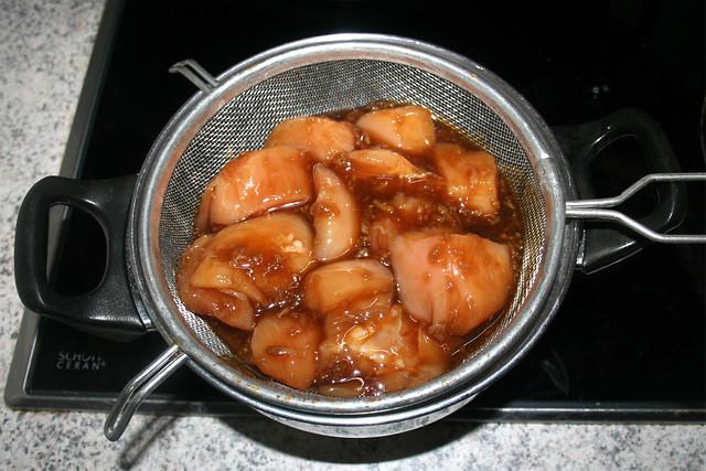26 - Hähnchen aus Marinade abtropfen lassen / Drain chicken from marinade
