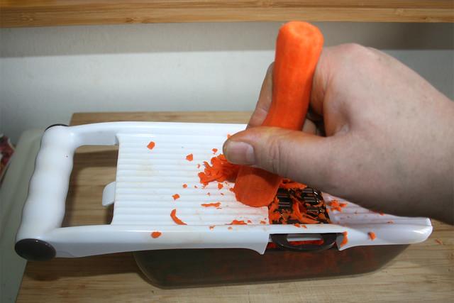 25 - Möhre in Streifen reiben / Grate carrots
