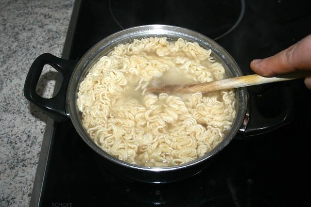23 - Ramen gar kochen / Cook ramen noodles