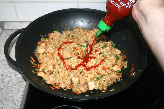 42 - Mit Sriracha-Sauce abschmecken / Taste with sriracha sauce