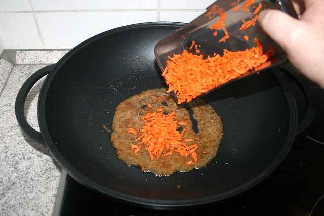 31 - Möhrenraspel in Wok geben / Put grated carrots in wok
