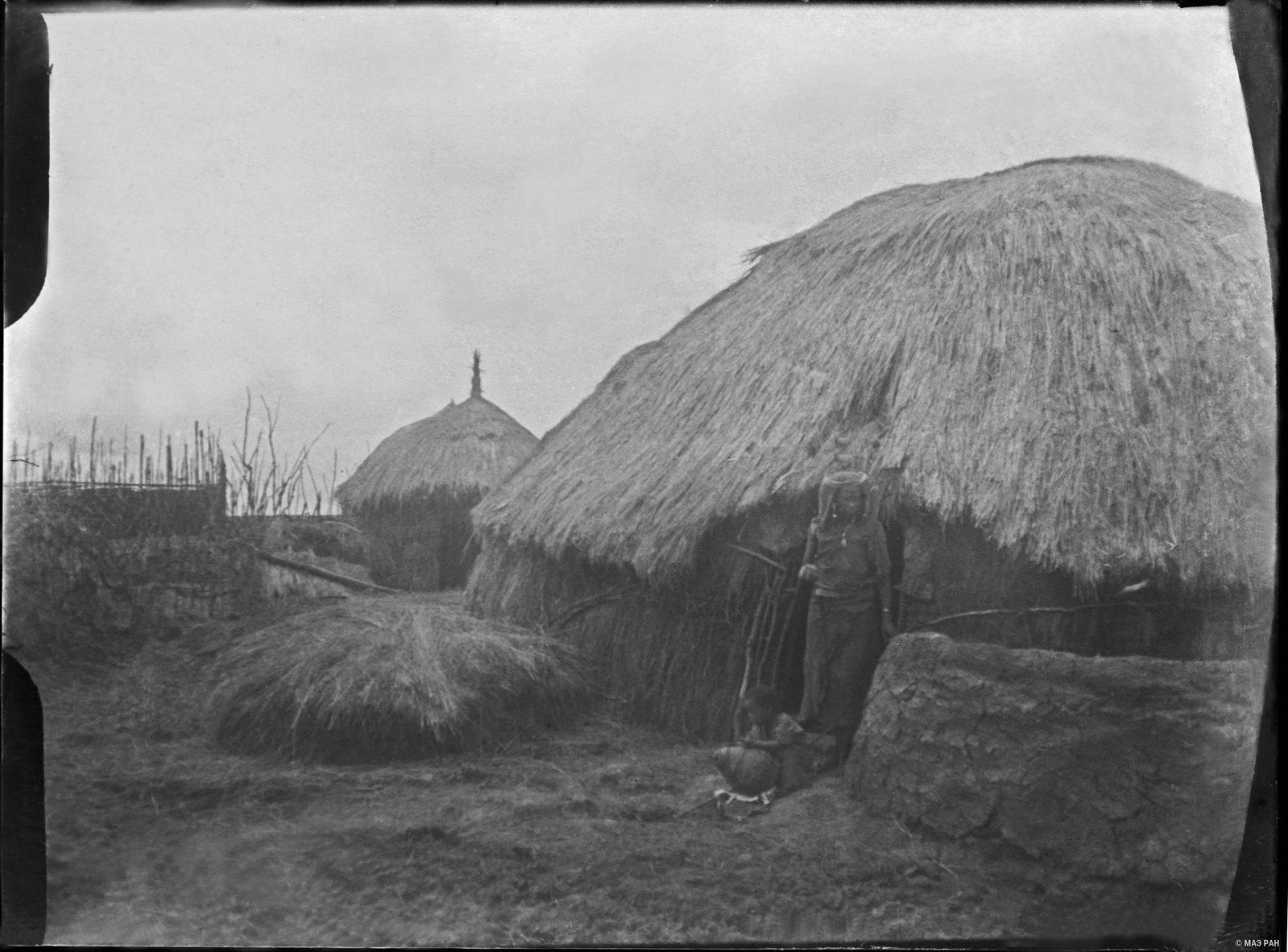 18. Хижина оромо в деревне (в дверях - женщина оромо)