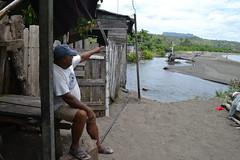 El baracoense Neldis Mendoza muestra el peligro mientras espera por una vivienda segura