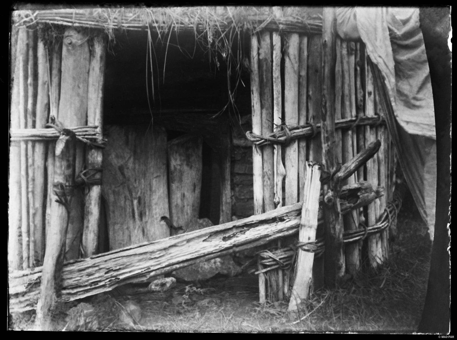 03. Дверь, ведущая в постройку над могилой Аулии (доброго духа)