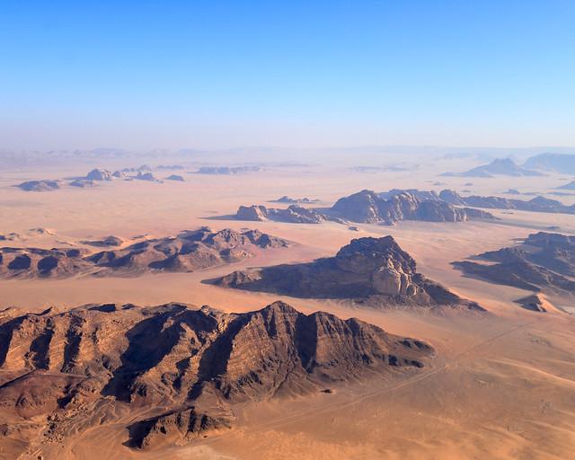 Desierto de Wadi Rum desde el aire en globo