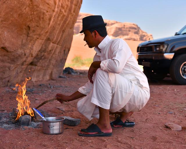 Comiendo con beduinos en el deserto de Wadi Rum