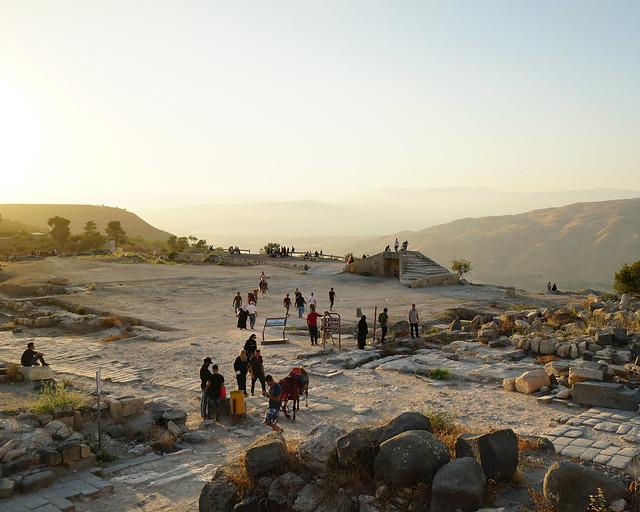 Ruinas romanas de Umm Qais con los montes del Golán al fondo al atardecer