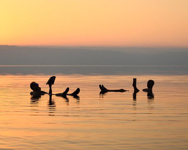 Fotografías en el Mar Muerto leyendo