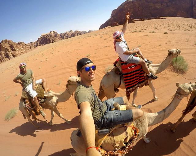 Asegurados en Jordania a camello
