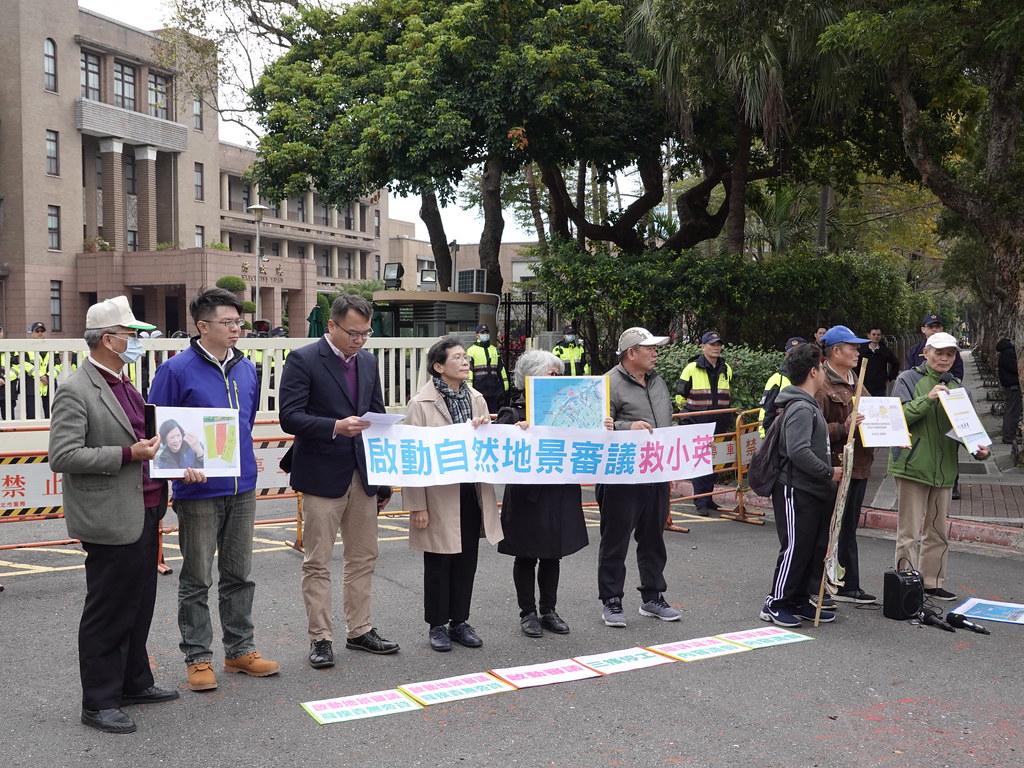 立委陳椒華與數個民間團體於行政園前舉行記者會。孫文臨攝