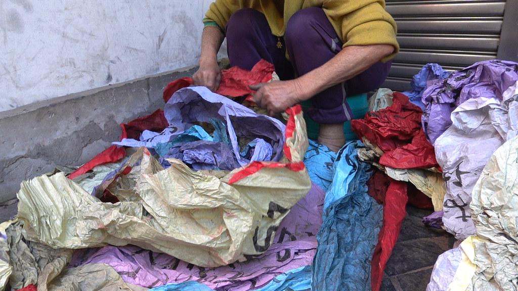 天燈紙撿回來後,需要曬乾摺好,在拿去清潔隊回收,可換衛生紙、洗衣粉。孫文臨攝