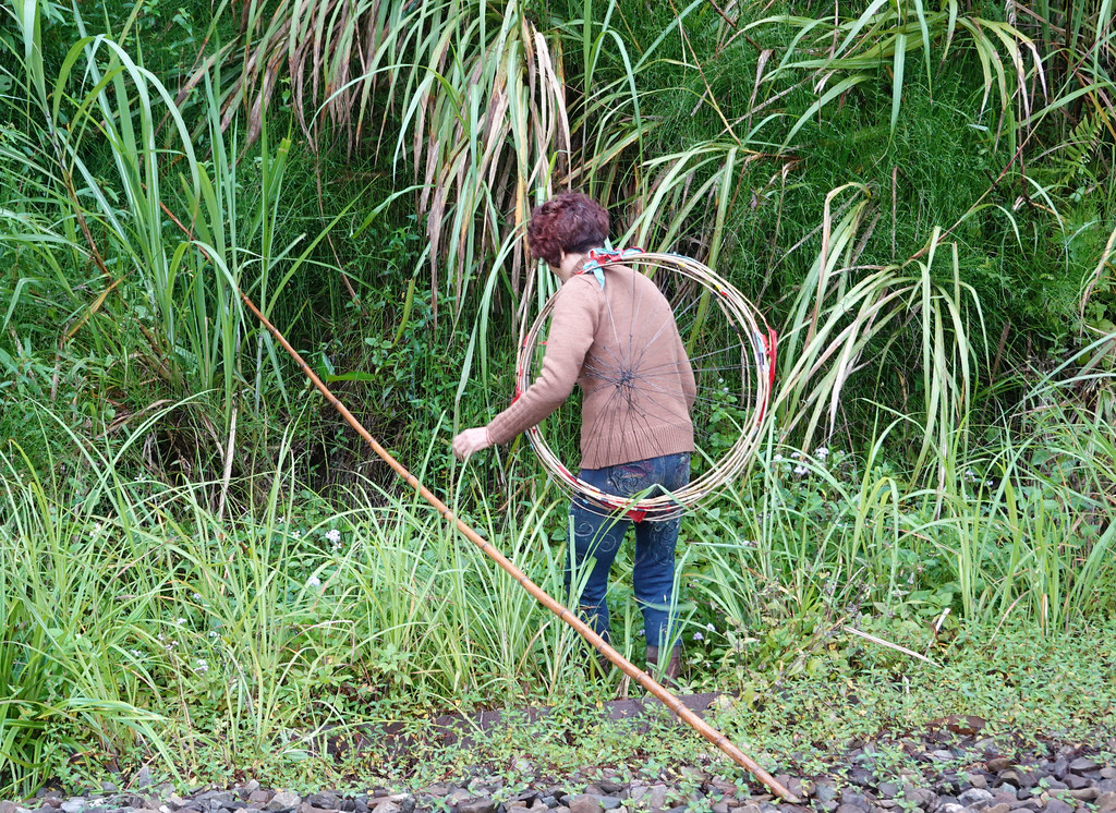 許多平溪、十分地區的居民,會拿著桿子穿梭在林間撿拾天燈骨架。孫文臨攝