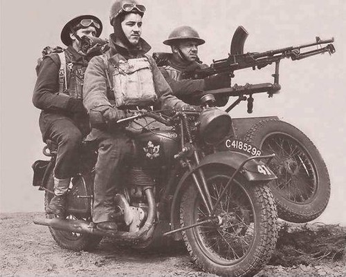 warhistoryonline: Canadian troops with a Bren gun mounted on a sidecar-wheel-drive, circa 1940. https://wrhstol.com/2Hx54br