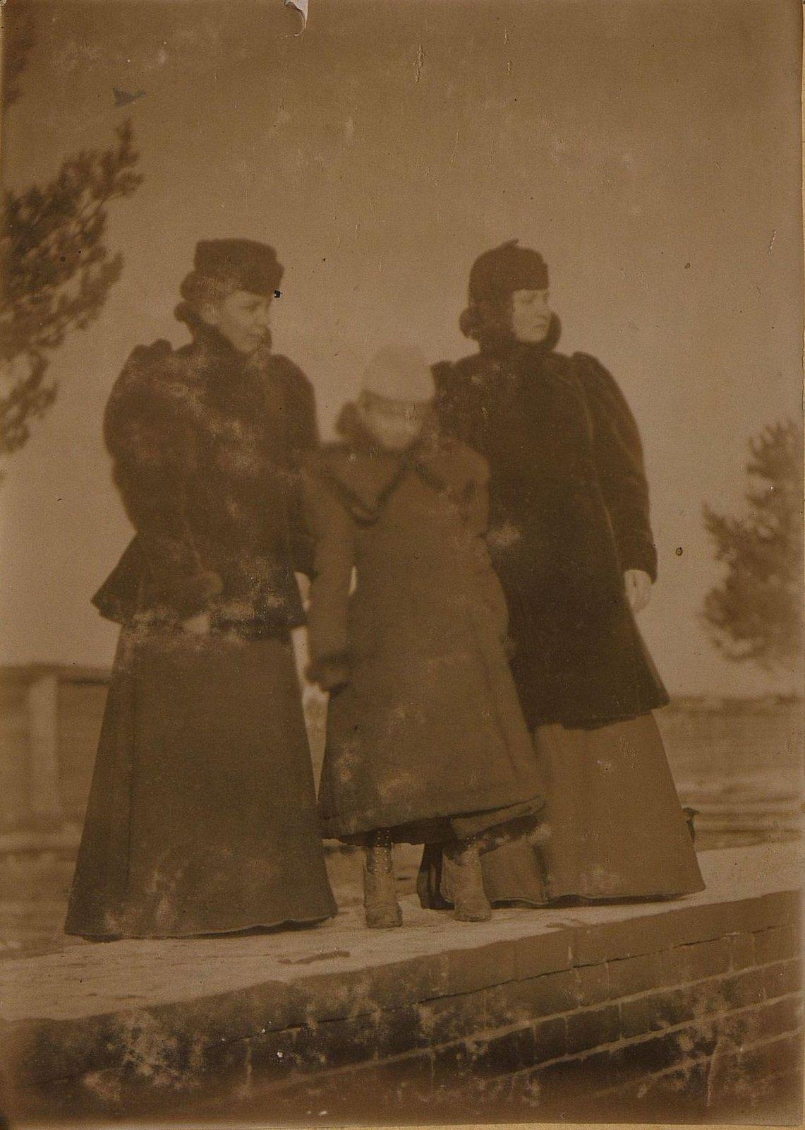 29. Савельева Наталья Алексеевна, жена управляющего заводом Завьялова, с двумя дочерьми