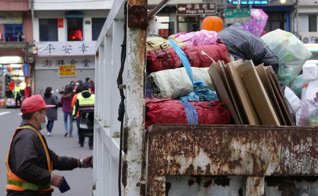 平溪區清潔人員車上載滿了民眾撿拾的天燈紙,與天燈節釋放的數量相形見絀。孫文臨攝