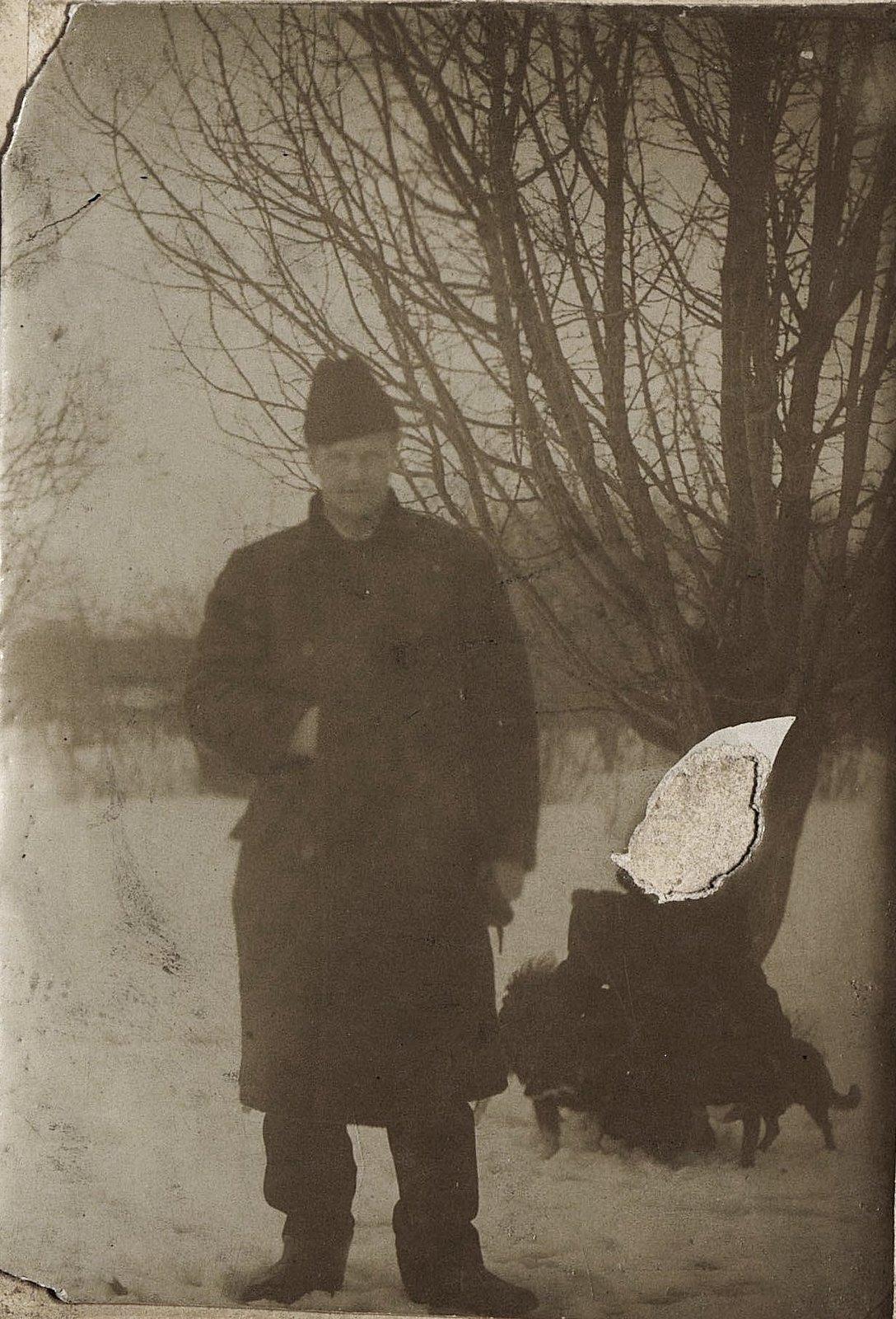 01. Неизвестный с собаками. 1890-е