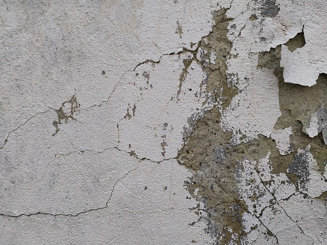 Cracked dirty white wall texture
