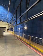 Espoonlahden asemalaiturin teräsrakenteita. Ylhäällä näkyy laituriseinän yläosan teräsrunko.