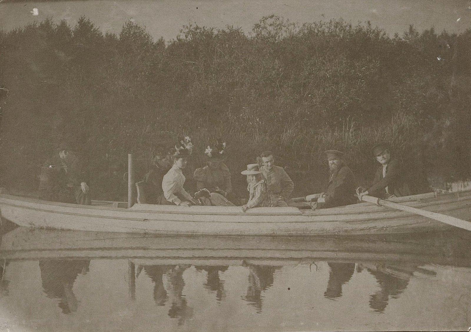 33. Члены семьи Савельевых во время катания на лодке. 1890-е