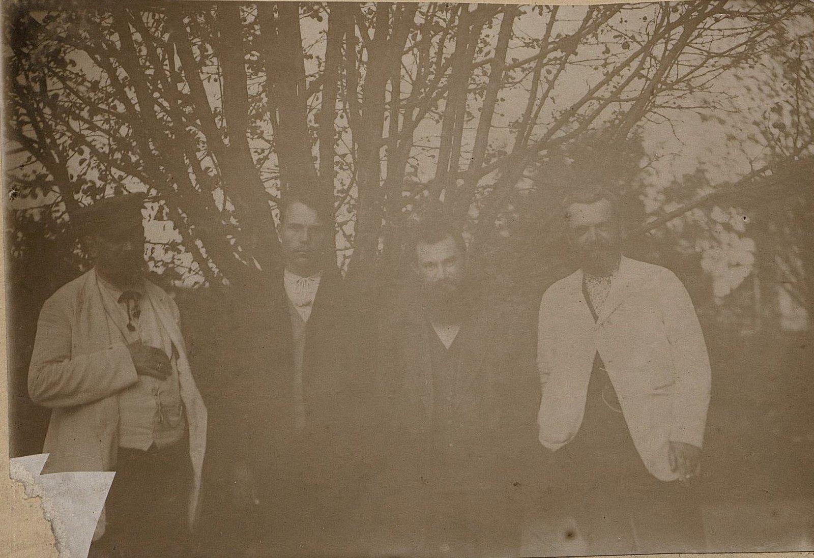 32. Савельев Николай Алексеевич, управляющий заводом Завьялова, и трое неизвестных. 1890-е