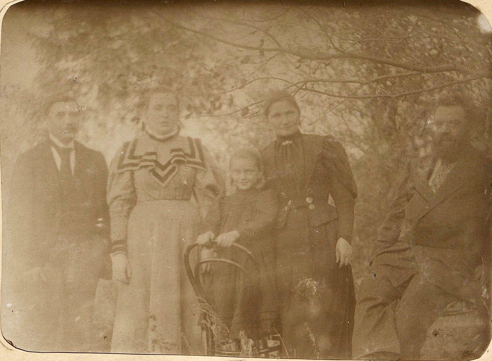 12. Савельев Николай Алексеевич, управляющий заводом Завьялова, с членами своей семьи