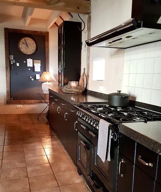 Zwarte keuken woonboerderij krijtbord met lijst