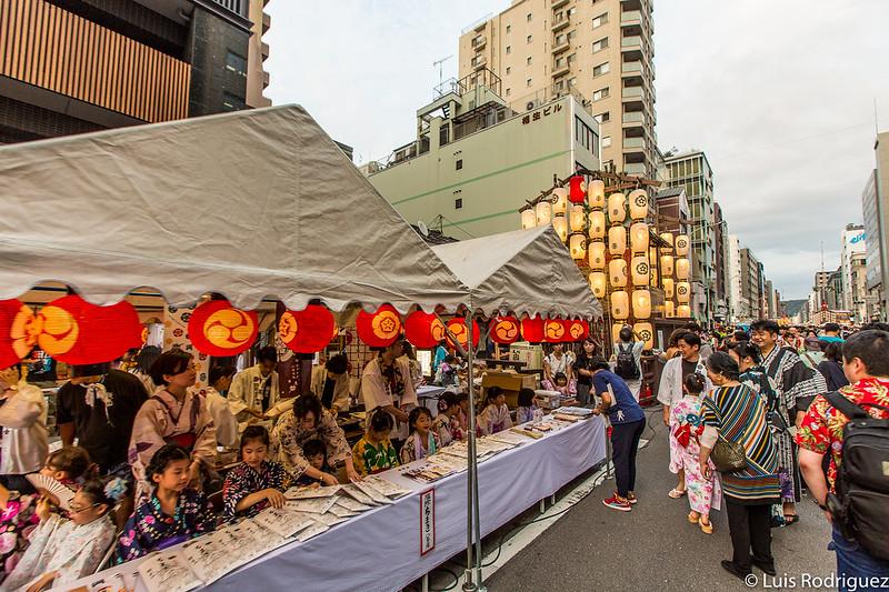 Venta de amuletos y recuerdos en las carrozas expuestas en el centro de Kioto