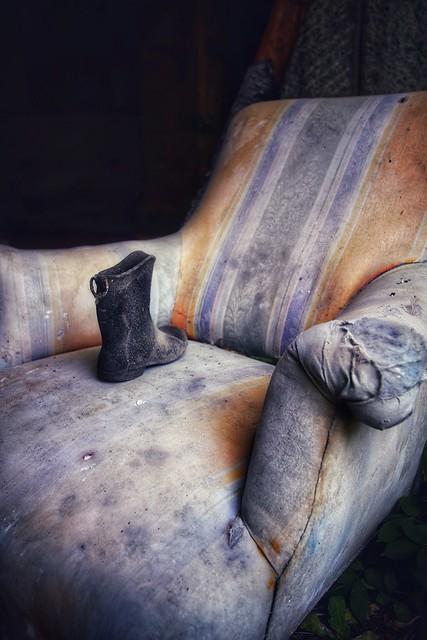 Le sanatorium  . . . #urbex #sanatorium #aerium #urbexfrance #vestiges #objet #fauteuil #chaise #botte 