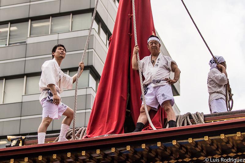 En la cima de la carroza Kikusui Hoko