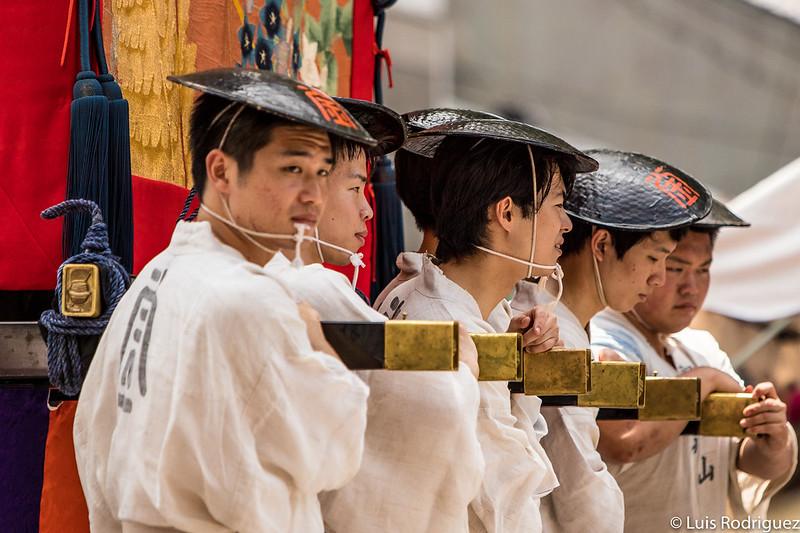 Participantes tirando de la carroza Kakkyo Yama