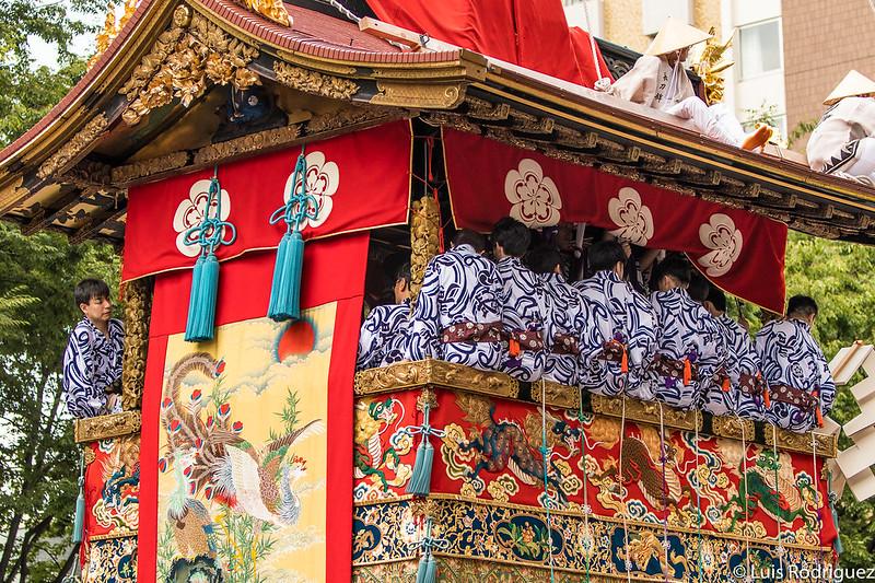 Músicos y tapices de la carroza Naginata Hoko