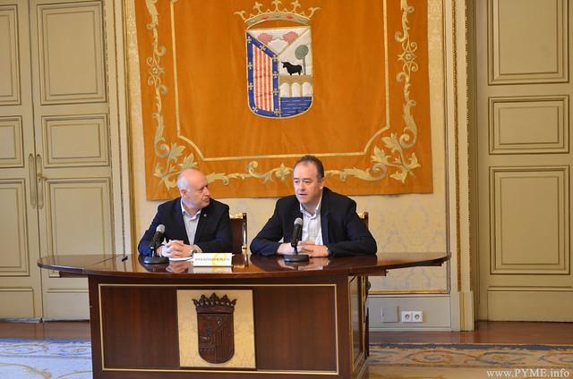 Juan Manuel Gómez, presidente de CONFAES, presenta la 2ª edición del Centro de Alto Rendimiento de PYMES junto al concejal de Promoción Económica del Ayuntamiento de Salamanca, Juan José Sánchez.