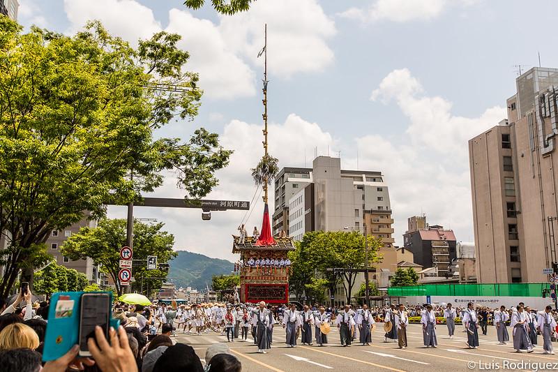 Grandes carrozas yamaboko desfilan por las calles de Kioto