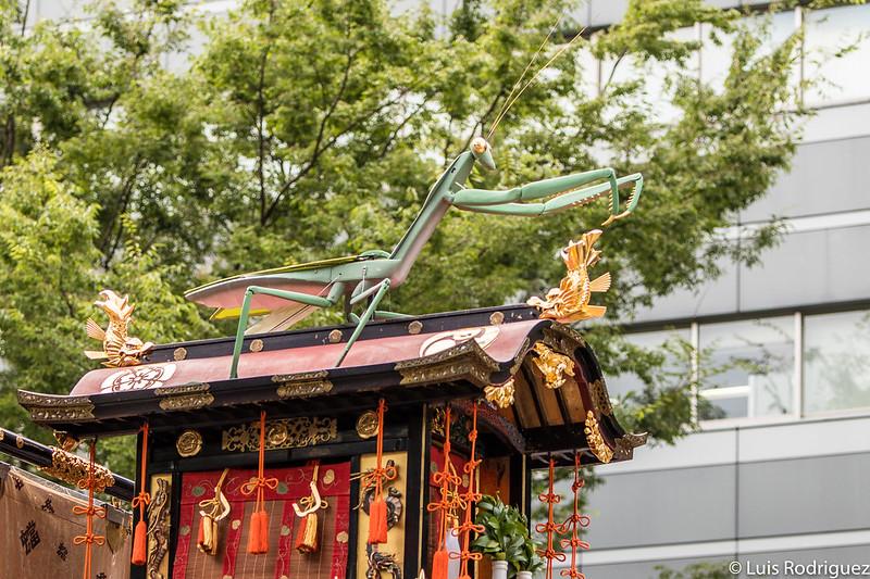 Figura de una mantis religiosa en la carroza Toro Yama