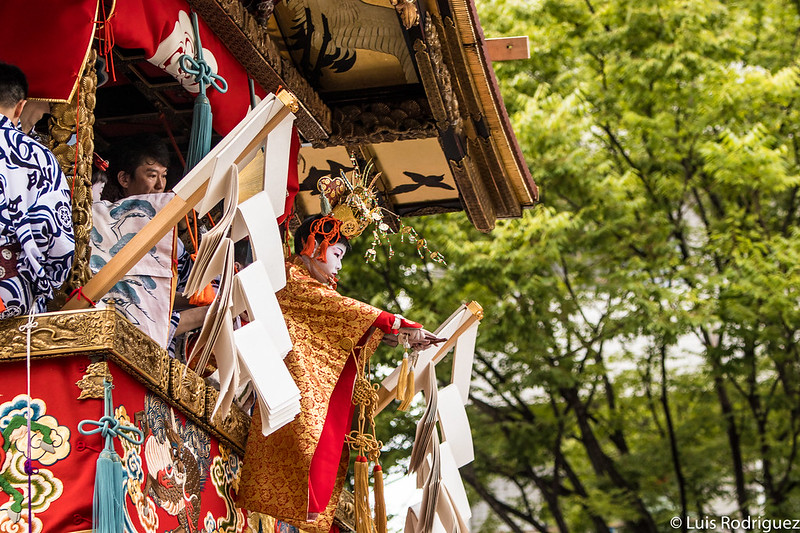 Niño chigo en la carroza Naginata Hoko