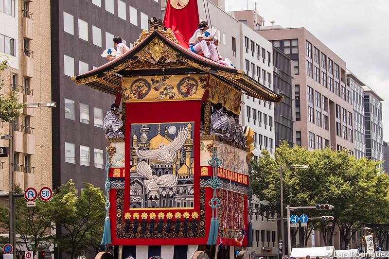 Tapiz y decoraciones traseras de la carroza Hoka Hoko