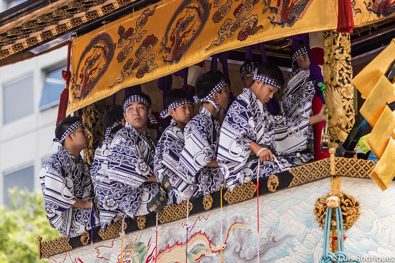 Niños músicos en la carroza Hoka Hoko