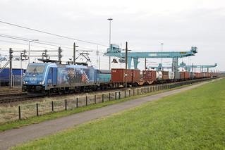 "186 943 LTE l&t  ""ATTRACKTIVE FORCES""  met  Linz shuttle langs RSC Rotterdam naar de Maasvlakte"