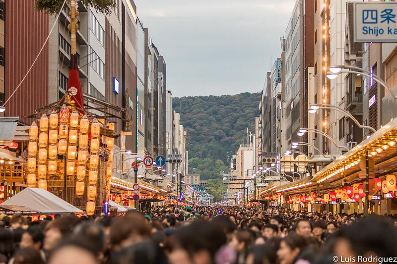 Gente y más gente en las noches yoiyama