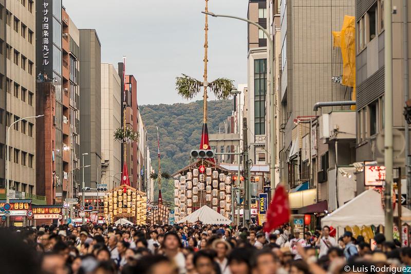 Calle Shijo con tres de las grandes carrozas expuestas
