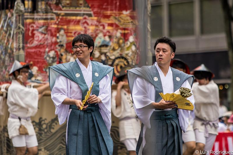 Participantes en el desfile de la carroza Taishi Yama