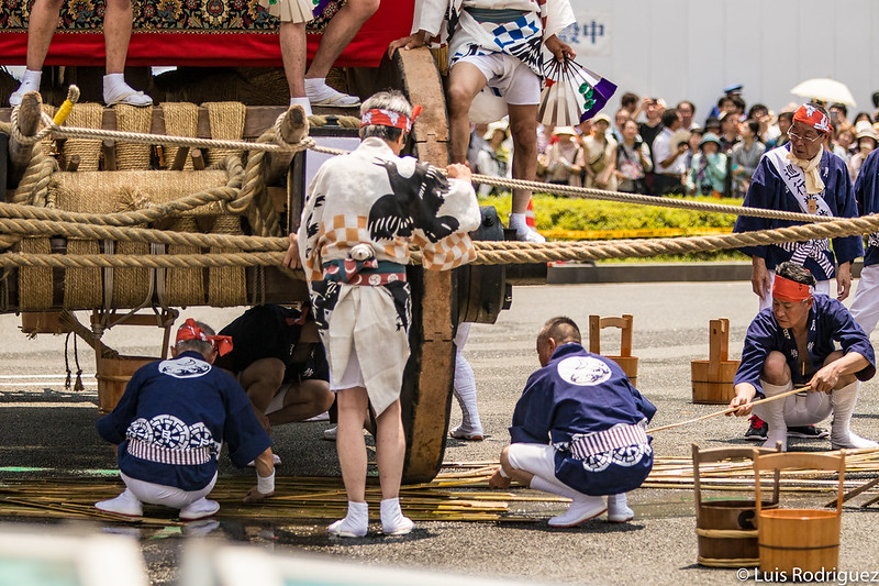 Colocando las varas de bambú en las ruedas