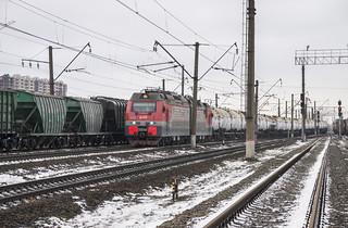 2ES4K (2ЭС4К-025) DC eloc leads a train of oil tanks from St. Petersburg Sea Port